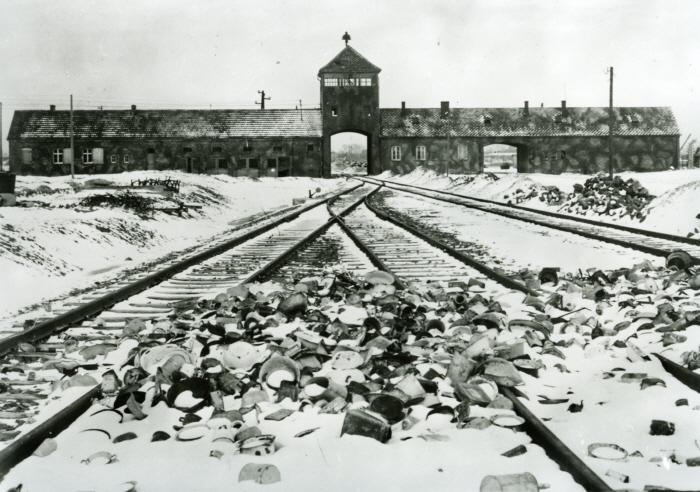 비르케나우 수용소 정문