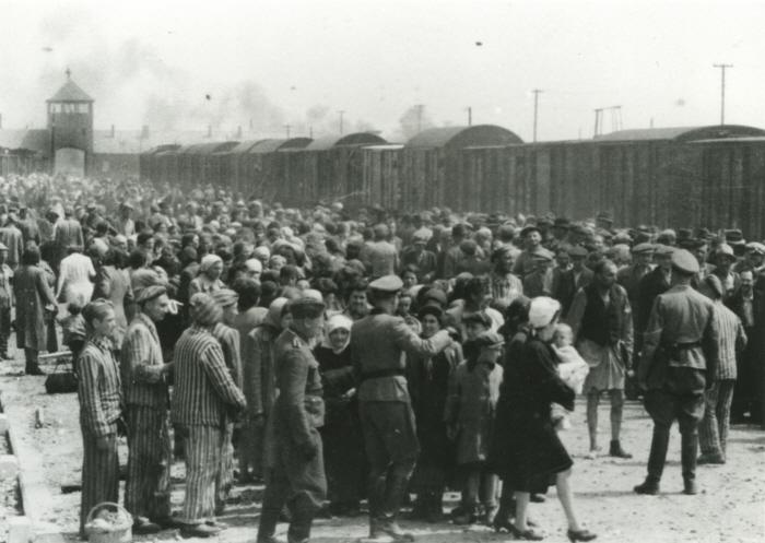 비르케나우 철도 승강장의 유대인