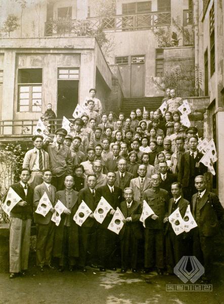 대한민국임시정부 요인들이 조국으로 돌아가기 전날 찍은 기념사진