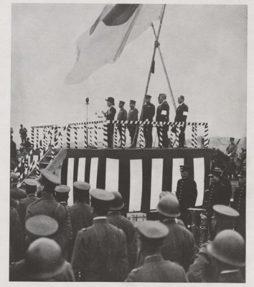 의거 직전 무대에 늘어선 일제 장군과 일본인 대표